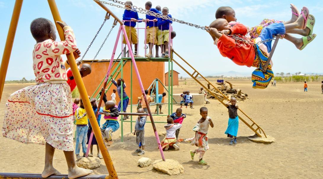 外で元気よく遊ぶタンザニアの子供たち